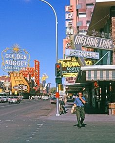 Looks like Freemont St, Las Vegas, before they put the Freemont St Experience cover over the street. 70s Aesthetic, Aesthetic Vintage, Aesthetic Photo, Aesthetic Pictures, Aesthetic Fashion, Retro Wallpaper, Aesthetic Iphone Wallpaper, Aesthetic Wallpapers, Look Vintage
