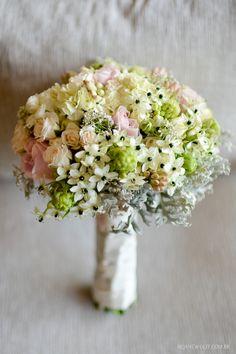 Bouquet muito romântico com tons de rosa chá, branco e verde. Esse casamento foi no campo. Buquê: Rodrigo Hadad | Foto: Rejane Wolff