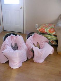 This is brills!  Make a car seat blanket  1. The baby doesn't kick the blanket off and stays warm  2. no getting the baby in and out of extra layers  3. No surfing for blanket on car floor    I saw this on Chelsea's Boards but thought I would pin this picture to show how it works.  Thanks, @Chelsea Robinson !