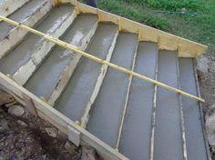 Nous avons fait un des escaliers extérieurs début juillet : 1 journée extensible pour faire le coffrage 1 journée pour couler et lisser le béton. Matériel : 1 belle bétonnière, des seaux, 1,5 big bag de mélange sable / gravier, sacs de ciment (je crois...