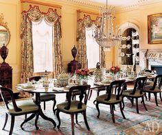 Столовая. Стулья и ирландский стол эпохи Регентства. Посуда из муранского стекла..jpg