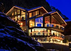 Explore the chalet Zermatt Peak one of the finest ski chalet in Zermatt. Mountain Exposure offers luxury chalets, apartments, hotels in Zermatt, Switzerland. Contact us to experience the ski chalet holidays in Zermatt with us. Ski Chalet, Chalet Zermatt, Chalet Design, Houses Architecture, Architecture Design, Beautiful Architecture, Chalet Switzerland, Switzerland Hotels, Chalet Modern
