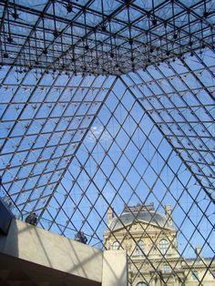 Sous la pyramide du Louvre