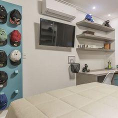 Quarto Branco Menino com Expositor de Bonés Azul Flat Screen, Bernardo, Design, Closet, Baby Room Boys, White Bedroom, Display Stands, Bedroom Decor, Blue