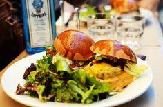 Le Ruisseau Paris. Le Ruisseau offre de succulents hamburgers élaborés à la française. Offrez-vous un burger à la tomme avec des frites maison, ou encore le Tartare Burger, une recette avec de la viande hachée cuite en aller-retour. 65 rue du Ruisseau - 75018, Paris M à S : 11:45-14:15, D: 12h-16h et L à S : 19:15-23h, D : 18h45-22h