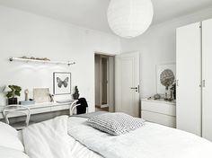 Dokonale vyvážená kombinace bílé, šedé, černé a dřeva ve švédském bytě za 7 milionů korun   Living   bydlení   WORN magazine