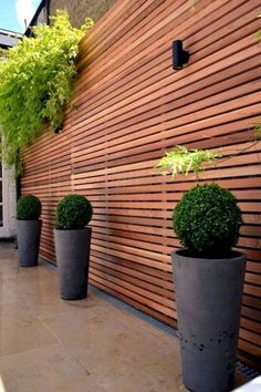 Want garden fence ideas with garden art ideas? These fence decorations are great ways to dress up your outdoor space. If you'd like specific ideas for privacy fences, I've got a collection of Marvelous Backyard Privacy Fence Decor Ideas on A Budget. Privacy Fence Designs, Fence Design, Backyard Fence Decor, Backyard Landscaping Designs, Modern Garden, Diy Backyard