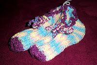 Café com Linha - Crochê, Tricô & Arte: Sapatinhos de Lã para Adultos Backrest Pillow, Lana, Pillows, Apollo, Knitted Booties, Booties Crochet, Cushions, Pillow Forms, Cushion