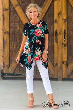 fashion over 50 women aging gracefully ideas Middle Age Fashion, Fashion For Women Over 40, 50 Fashion, Look Fashion, Plus Size Fashion, Fashion Outfits, Fashion Trends, Mode Ab 50, Clothes For Women Over 50