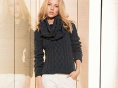 Do It Yourself: Pullover mit Zopfmuster und den passenden Loop mit Noppen stricken. DIY-Anleitung via DaWanda.com