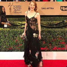 #에디터스픽  요즘 가장 뜨거운 관심을 받고 있는 여배우 #엠마스톤  그녀가 제 23회 미국 배우 조합상 시상식에 여우주연상 후보로 이름을 올리며 레드 카펫을 밟았군요. 알렉산더 맥퀸의 우아한 꽃 자수 장식의 블랙 슬립 드레스와 한 쪽으로 쓸어넘긴 헤어 스타일로 고혹적인 면모를 드러내며 레드카펫 룩의 정석을 보여 줬고요!-editor LGH #sgaawards #emmastone #alexandermcqueen #dress #redcarpet  via INSTYLE KOREA MAGAZINE OFFICIAL INSTAGRAM - Fashion Campaigns  Haute Couture  Advertising  Editorial Photography  Magazine Cover Designs  Supermodels  Runway Models