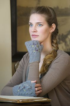 Ravelry: Grey Skies Handwarmers pattern by Courtney Kelley #knit