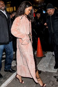 Rihanna winter street style with soft pink coat. Moda Rihanna, Rihanna Fenty, Looks Rihanna, Rihanna Style, Rihanna Fashion, Fashion Killa, Look Fashion, Fashion Outfits, Net Fashion