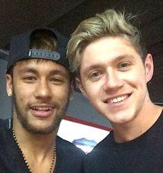 Niall Horan, de One Direction, y Neymar, futbolista del FC Barcelona, se hacen un selfie