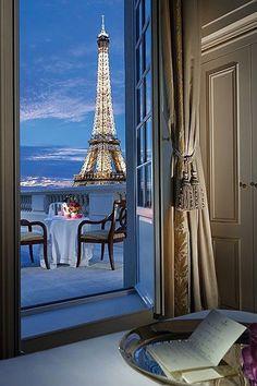 ナポレオン直系の末裔が住んでいた宮殿をホテルとして甦らせた「シャングリラ・ホテル・パリ(Shangri-La Hotel Paris)」。 パリの高級住宅街であり16区に位置するこのホテルは、パリの華やかさと東洋のエッセンスが加えられたパリ一の高級ホテル。27室のスイートを含む全81室の客室は、有名なデザイナーであるピエール・イヴ・ロションが内装を手掛けている。