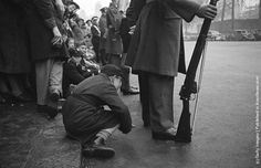 A boy peers under the legs of an RAF serviceman for a glimpse of the wedding procession of Princess Elizabeth (later Queen Elizabeth II) and Philip Mountbatten, Duke of Edinburgh, London, November 1947 Elizabeth Philip, Princess Elizabeth, Queen Elizabeth Ii, History Of Photography, Vintage Photography, Westminster Abbey, Great Photographers, Queen Mary, British Monarchy
