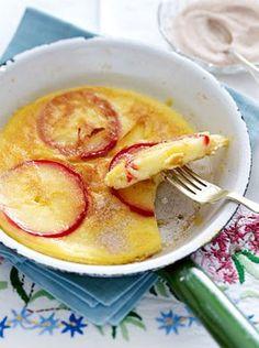 Pfannkuchen mit eingebackenen Apfelscheiben - ein süßes Mittagessen wie von Mama oder Oma. Mmmmmhhhh!