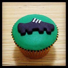 Cupcake Chuteira | Cupcake inspirado no futebol coberto com pasta americana, massa do bolo e recheio de sua preferência.