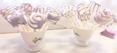 Marshmallows på pinne - DIY - gjør det selv til baby shower. Barn, Place Card Holders, Baby Shower, Birthday, Marshmallows, Diy, Food, Babyshower, Marshmallow