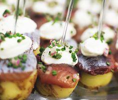 Matjessill på pinne är en höjdare till midsommar. Färskpotatis, matjessill, crème fraîche, hackad rödlök och gräslök. Det är njutbart och mycket tilltalande för sillälskaren. Food Photography Styling, Food Styling, Wine Recipes, Keto Recipes, Crawfish Party, Party Food And Drinks, Dessert For Dinner, Different Recipes, Food Hacks