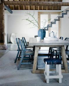 Wooden table with blue (mismatched) chairs is a good combination for a Greek style house! Home Interior, Interior Architecture, Interior Decorating, Interior Design, Farmhouse Interior, Interior Styling, Farmhouse Style, Decorating Ideas, Greek Design