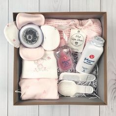 Trendy Baby Gifts Box Ideas Source by colienorbo Baby Gift Hampers, Baby Gift Box, Baby Hamper, Diy Baby Gifts, Baby Box, Girl Gifts, Gifts For Kids, Baby Shower Gifts, Baby Presents