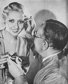 Vintage Hairstyles Max-Factor applies eye makeup to Joan Blondell - The make-up masters beauty secrets 1930s Makeup, Vintage Makeup, Vintage Beauty, Short Spiky Hairstyles, Retro Hairstyles, Bob Hairstyles, Hollywood Makeup, Old Hollywood, 1930s Hair