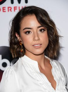 Chloe Bennet arrives at the premiere of Marvel's 'Agents Of S.' at Pacific Theatres at The Grove on September 2015 in Los Angeles, California. Lob Hairstyle, Cute Hairstyles, Chloe Bennett, Beatiful People, Agents Of Shield Seasons, Hollywood, Gal Gadot, Marvel, Short Hair Styles