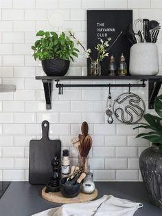 Hemma hos Karolina Brising och Anders Hörnell i Dalby Beautiful Interior Design, Interior Design Kitchen, Beddinge, Kitchen Shelf Decor, Kitchen Time, Kitchen Layout, Kitchen Styling, Decoration, Home Kitchens
