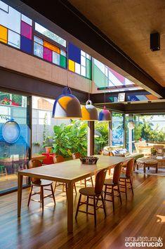 Iluminada com graciosidade por um painel policromático e emoldurada por jardins, esta casa em São Paulo foi concebida para oferecer aos moradores plena interação com a natureza