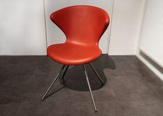 """Designerstuhl """"Tonon Concept 902"""" in der Farbe Rot mit Sitzschale aus softem Integralschaum """"Freeform"""". Aktuell als reduziertes Ausstellungsmodell auf www.saar-kuechen.de Design Tisch, Egg Chair, Designer, Lounge, Furniture, Home Decor, Upholstered Bar Stools, Dark Hardwood, Colour Red"""
