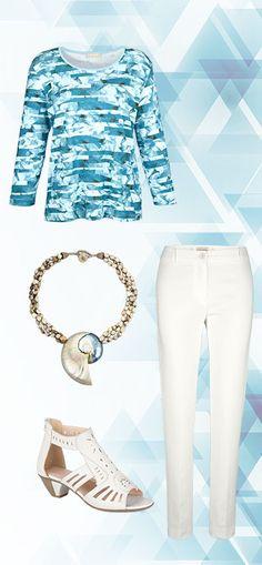 Leuchtendes Eisblau und strahlendes Weiß: Diese Outfit-Kombination erinnert an einen strahlend blauen Himmel. #Mode #Shirt #Hose #Collier #Sandalette