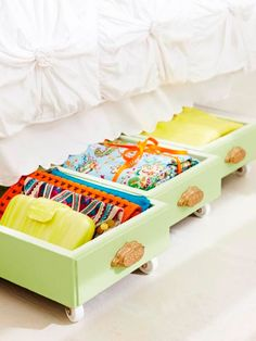 <p>We laten geen centimeter verloren gaan! Met deze geschilderde laatjes benut jij zelfs de ruimte onder je bed. De lades zijn perfect om je beddengoed in op te bergen. Voeg voor de gemakkelijkheid ook nog vier wieltjes toe.</p><p></p><p>Bron: giddyupcycled.com</p>