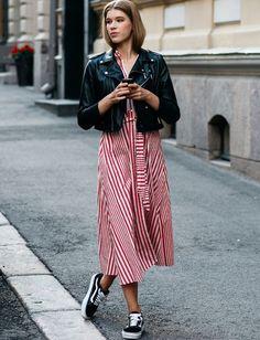 Vestido midi con rayas + chamarra perfecto en piel negra + vans = mezcla perfecta de estilo