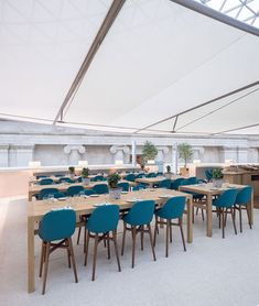 Softroom completes a restaurant in the British Museum's Great Court les chaises hautes ! British Museum, Museum Cafe, Lunch Room, London Restaurants, Dezeen, Old And New, Relax, Dining Table, Ceilings