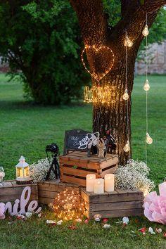 Idea Photo Booth per un matrimonio all'aperto: scegli una pianta e decorala con scritte led, cuori, pallet, sfere luminose, candele led e romantiche lanterne..