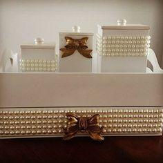 Estou apaixonada por esse kit com pérola e aplicação de aplique de resina <3!!! Cesta em MDF, trio de potinhos e laço de resina e pérolas encontre todos os materiais aqui==> www.palaciodaarte.com.br #artesanato #palaciodaarte #bandeja #portacoisa #resina