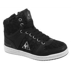De Polly Mid is een sportieve enkelhoge sneaker voor kinderen van het merk Le Coq Sportif. Het bovenwerk van de schoen bestaat uit synthetisch leer. Deze schoen heeft een fijne rubberen zool waardoor de schoen comfortabel zit en de landing dempt tijdens het lopen.