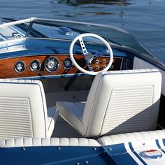 Looking into the cockpit of Wood Island, a 1969 Chris Craft 19' Commander Super Sport #ynotyachts #yachtlife #boatlife #boat #chriscraft #commander #rosewood #1960s #ClassicBoat