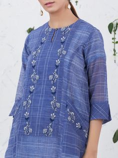 Crochet clothes for women summer tops projects ideas Embroidery Suits Punjabi, Embroidery On Kurtis, Kurti Embroidery Design, Embroidery Fashion, Embroidery Dress, Machine Embroidery, Kurta Designs Women, Kurti Neck Designs, Dress Neck Designs