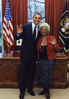 Vida longa e próspera. Tenente Uhura (Michelle Nichols) e Obama.