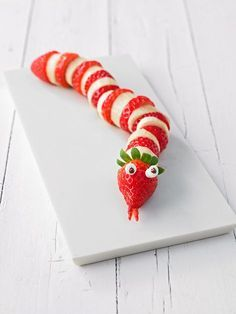 Erdbeer-Bananen-Schlange, ein gutes Rezept aus der Kategorie Frucht. Bewertungen: 21. Durchschnitt: Ø 4,6. Snacks Für Party, Appetizers For Party, Fruit Snacks, Cute Food, Good Food, Awesome Food, Food Art For Kids, Food Kids, Creative Food Art