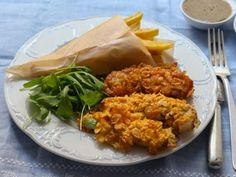 Hähnchen Nuggets lassen sich mit einer knusprigen Panade aus Cornflakes einfach selbst zubereiten. Bei uns findet ihr das Rezept für das Fingerfood!