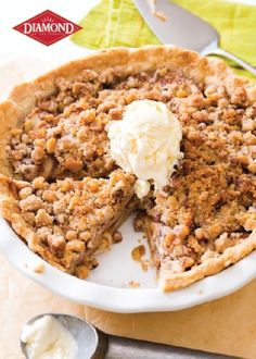 Homemade peach crumble pie is made with sweet brown sugar and warm cinnamon spice. Top each slice of brown sugar peach crumble pie with vanilla ice cream! Peach Crumble Pie, Apple Crumb Pie, Apple Slab Pie, Best Apple Pie, Apple Pies, Crumble Topping, Blueberry Crumble, Pie Dessert, Dessert Recipes