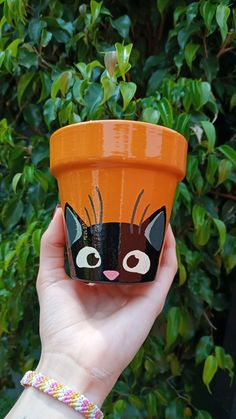 Clay Pot Projects, Clay Pot Crafts, Diy Home Crafts, Garden Crafts, Flower Pot Art, Flower Pot Crafts, Painted Plant Pots, Painted Flower Pots, Pottery Painting