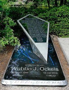 De grafzerk van Wubbo Ockels op de Amsterdamse begraafplaats Zorgvlied, een ontwerp in de vorm van een vlieger.
