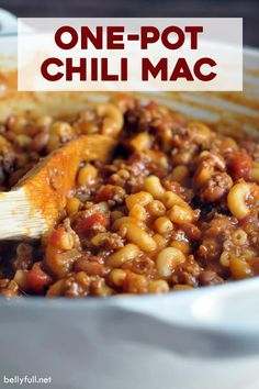 Two favorite comfort foods come together in this super easy Chili Mac and Cheese recipe the whole family will go crazy for! You only need one pot and 30 minutes, so it's not only delicious, but also a great weeknight dinner. Chili Mac And Cheese, Mac And Cheese Homemade, Easy Chicken Dinner Recipes, Easy Meals, Recipes Dinner, Chili Mac Recipe, Beef Recipes, Healthy Recipes, Recipies