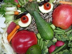 Edible Portrait Kids will love using fruits and vegetables to create edible portraits. Be sure to photograph the finished artwork to preserve it forever! The post Edible Portrait was featured on Fun Family Crafts. Edible Crafts, Edible Art, Creative People, Creative Food, School Age Crafts, Giuseppe Arcimboldo, Vegetable Painting, Learning Italian, Family Crafts