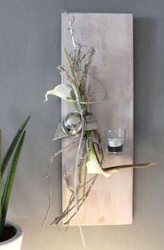 WD69 – Edle Wanddeko! Neues Holz puderfarben gebeizt, natürlich dekoriert mit künstlichen Callas, einer Edelstahlkugel und Teelichtglas! Preis 49,90€