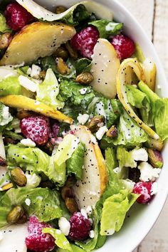 Pistachios in a salad. I am obsessed with P… Pistazien in einem Salat. Healthy Salads, Healthy Eating, Healthy Recipes, Simple Salads, Fun Recipes, Pear Salad, Raspberry Salad, Raspberry Recipes, Clean Eating